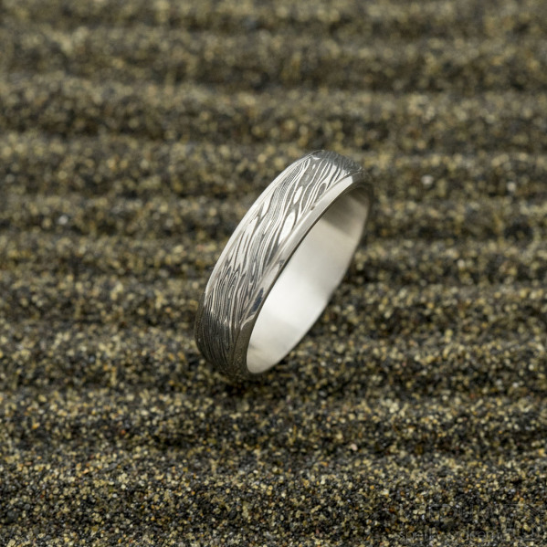 Kasiopea Steel voda - velikost 63, šířka 5,5 mm, tloušťka 1,6 mmm, lept zatmavený - Damasteel snubní prsten, sk2982