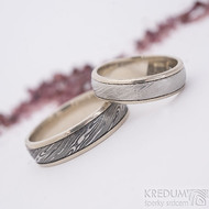 Kasiopea white, voda - světlý vel 50, 5 mm, zatmavený vel 60, 5,5 mm, okraje 2x075 mm - Damasteel snubní prsteny a zlato