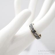 Kasiopea white - Zlatý snubní prsten a damasteel - velikost 57, šířka 5,5 mm, voda - extra TM, okraje hladké 2x0,75 -  SK1749
