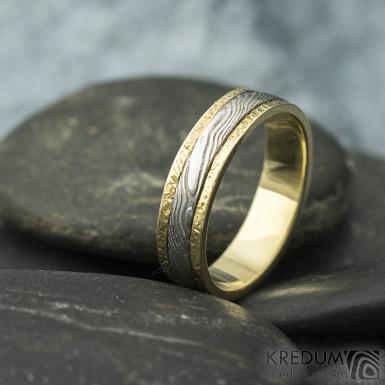 Kasiopea yellow s tepanými okraji - dřevo - Zlatý snubní prsten a damasteel, S1419