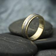 Kasiopea yellow - 48, šířka 4,3 mm, tloušťka 1,4 mm, dřevo - 75SV, okraje 2x0,75 mm tepané - Zlaté snubní prsteny - s1419 (5)