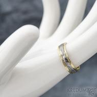 Kasiopea yellow s tepanými okraji - dřevo - Zlatý snubní prsten a damasteel - velikost 48, šířka 4,3mm, lept 75% světlý - S1419 (3)