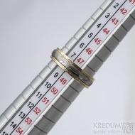 Kasiopea yellow s tepanými okraji - dřevo - Zlatý snubní prsten a damasteel - velikost 48, šířka 4,3mm, lept 75% světlý - S1419