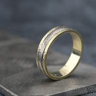 Kasiopea yellow s tepanými okraji - dřevo - Zlatý snubní prsten a damasteel - velikost 48, šířka 4,3mm, lept 75% světlý - S1419 (5)