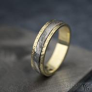 Kasiopea yellow s tepanými okraji - dřevo - Zlatý snubní prsten a damasteel - velikost 48, šířka 4,3mm, lept 75% světlý - S1419 (4)