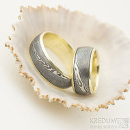 Kasiopea yellow - velikosti 50,5 a 68, šířka 8 mm, okraje 2x1mm, profil D - Damasteel snubní prsteny a zlato - k 2170 (2)