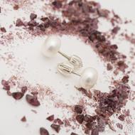 Kiki - náušnice bílé perly - průměr 7,9 mm - oválné perly, každý kus je originál