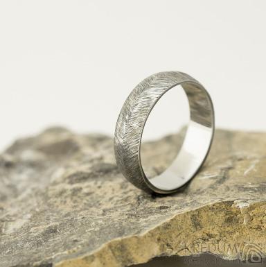 Klásek tmavý - Kovaný nerezový snubní prsten