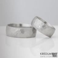 Kovaný nerezový snubní prsten - Klasik Draill, menší s čirým diamantem 1,7 mm, oba šířka 8 mm