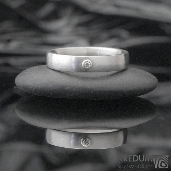 Klasik a broušený moissanite 1,5 mm do Au - Kovaný nerezový prsten - 53 , šířka 4 mm, tloušťka 1,8, matný - et 1640