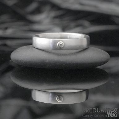 Klasik a broušený moissanite 1,5 mm do  bílého Au - Kovaný nerezový prsten - 53 , šířka 4 mm, tloušťka 1,8, matný - et 1640