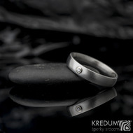 Klasik a broušený moissanite 1,5 mm do Au - Kovaný nerezový prsten - 53 , šířka 4 mm, tloušťka 1,8, matný - et 1640 (4)