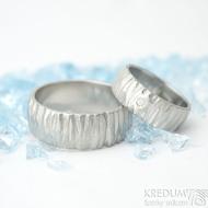 Klasik Bark a čirý diamant 1,7 mm - velikost 47, šířka 6 mm a Klasik Bark 61, šířka 8 mm - Nerezové snubní prsteny - k 1702 (2)