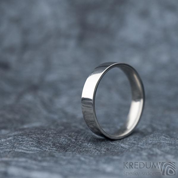 Klasik lesklý - Kovaný nerezový snubní prsten - velikost 61 CF, šířka 4,5 mm, tloušťka 1,5 mm, profil F - SK1668