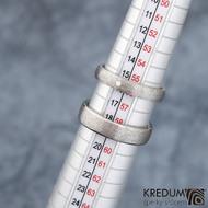 Klasik titan line + Klasik titan s diamantem 1,5 mm - hrubý mat - Kované snubní prsteny - šířky prstenů 5 mm a cca 3,5 mm