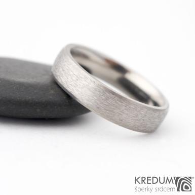 Klasik titan line - hrubý mat - Kovaný snubní prsten s leštěnými boky