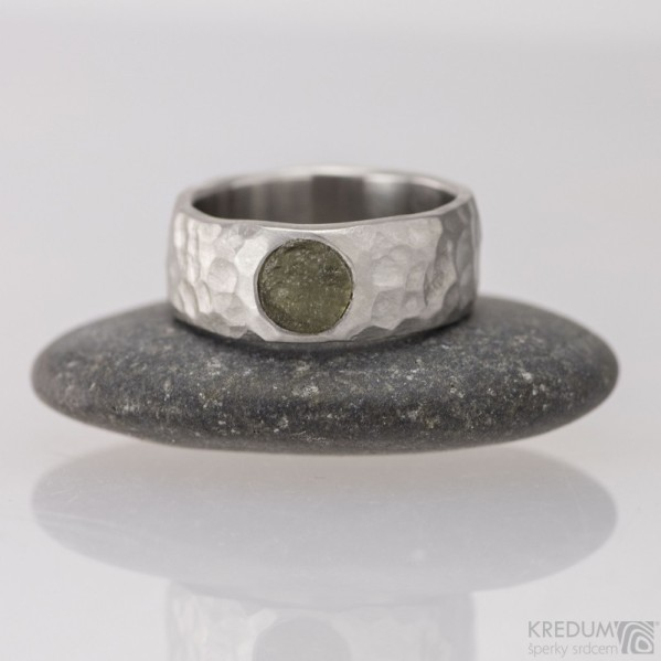 Klasik marro a vltavín - 48, šířka 6,7 mm, tloušťka 1,8 mm, průměr kamene 5,7 mm - Nerezový snubní prsten - S1452 (2)