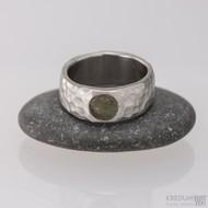 Klasik marro a vltavín - 48, šířka 6,7 mm, tloušťka 1,8 mm, průměr kamene 5,7 mm - Nerezový snubní prsten - S1452