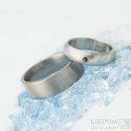 Klasik matný a granát 2 mm do Au - 51, šířka 5 mm, prof A a Klasik titan - 63, šířka 7 mm, F  - Nerezové snubní prsteny - k 1413