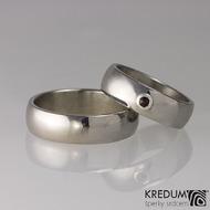Klasik a broušený český granát 2,3 mm ve stříbře, lesklý - kovaný nerezový snubní prsten