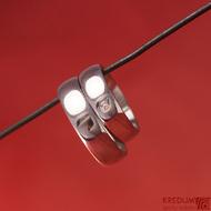 Kovaný nerezový snubní prsten - Klasik s moissanitem o průměru 2 mm osazeným do stříbra