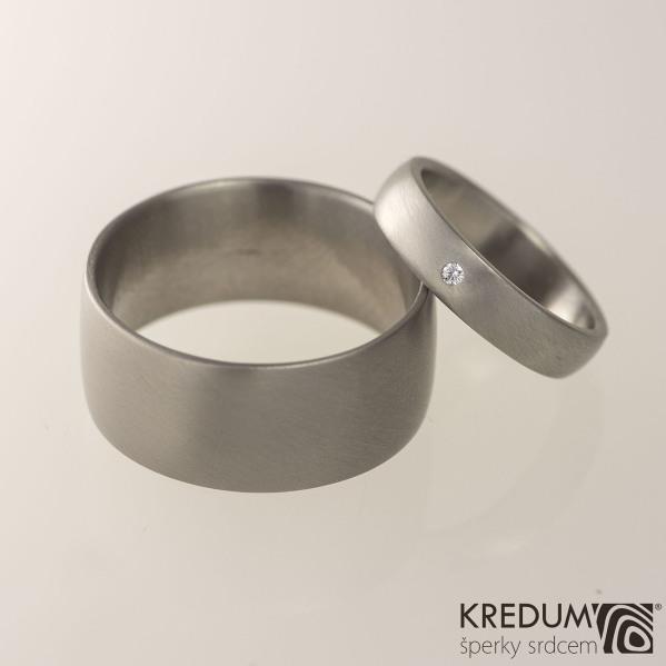 Klasik titan - matný + čirý diamant 1,5 mm - Prsten kovaný