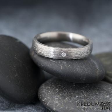 Klasik titan - hrubý mat + čirý diamant 1,5 mm - Prsten kovaný