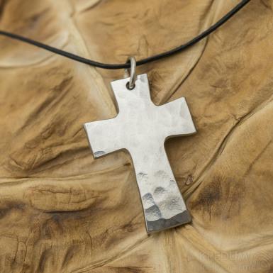 Kovaný křížek s očkem, povrch Draill, lesklý - Přívěsek z nerezové oceli - SK3121