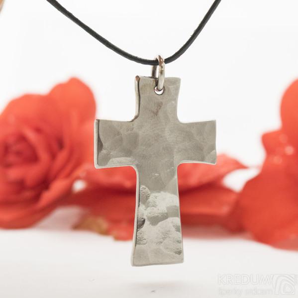 Kovaný křížek s očkem, lesklý - Přívěsek z nerezové oceli - produkt SK3131