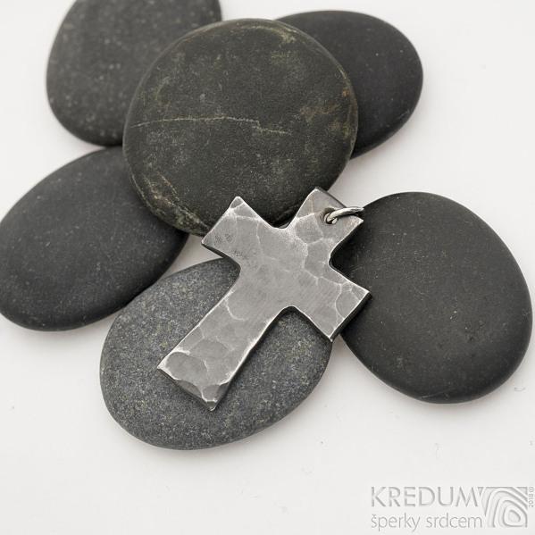 Kovaný křížek s očkem, zatmavený - Přívěsek z nerezové oceli