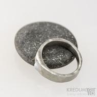 Kovaný nerezový prsten Draill matný a měsíční kámen - velikost 52, šířka hlavy 5,7 mm do dlaně 3,7 mm, nepravidelné okraje, průměr kamene 4,5 mm  - s1648