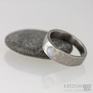 Kovaný nerezový prsten Draill matný a měsíční kámen - velikost 52, šířka hlavy 5,7 mm do dlaně 3,7 mm, nepravidelné okraje, průměr kamene 4,5 mm  - s1648 (2)