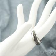 Kovaný nerezový snubní prsten - velikost  57, šířka 5 - 7,5 mm - SK1653 (2)