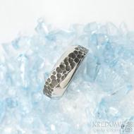 Kovaný nerezový snubní prsten - velikost  57, šířka 5 - 7,5 mm - SK1653 (4)