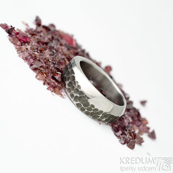 Kovaný nerezový snubní prsten - velikost  57, šířka 5 - 7,5 mm - SK1653 (5)