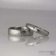 Zásnubní prsten, nerezová ocel damasteel - Siona white, struktura dřevo, lept 75% světlý, diamant 2,7 mm - ilustrační pánský prsten Prima
