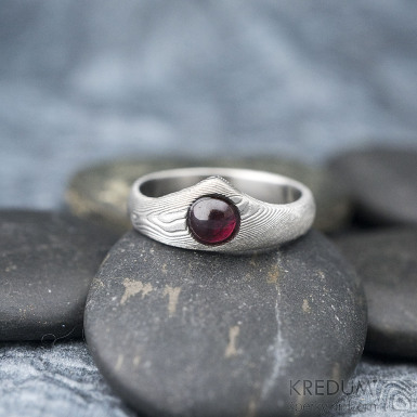Královna a kabošon granát - 52, hlava 7,5 mm, dlaň 3,5 mm, tl. střední, dřevo 75% SV, matný - Zásnubní prsten damasteel - k 1356