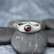 Královna a kabošon granát - 52, hlava 7,5 mm, dlaň 3,5 mm, tl. střední, dřevo 75% SV, matný - Zásnubní prsten damasteel