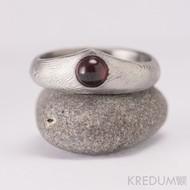 Královna a granát - zásnubní, snubní damasteel prsten, produkt 945 - kabošon průměr 5mm