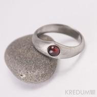Královna a granát - zásnubní, snubní damasteel prsten, produkt 945