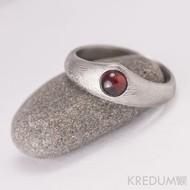 Královna a granát kabošon průměr 5 mm - zásnubní, snubní damasteel prsten, produkt 945