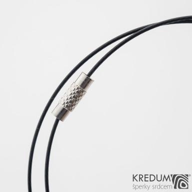 Černé nylonové lanko s ocelovou strunou - šroubovací uzávěr