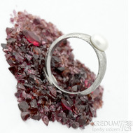 Liena s bílou perlou - vel 53,5, šířka hlavy 5,5mm dlaň 3mm, voda - lept 75% SV - Damasteel zásnubní prsten