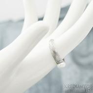 Liena s bílou perlou - vel 53,5, šířka hlavy 5,5mm dlaň 3mm, voda - lept 75% SV, perla 6,2mm - Damasteel zásnubní prsten- sk1973 (2)