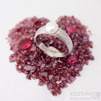 Liena s bílou perlou - vel 53,5, šířka hlavy 5,5mm dlaň 3mm, voda - lept 75% SV - Damasteel zásnubní prsten - k 1496 (2)