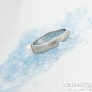 Liena s bílou perlou - vel 53,5, šířka hlavy 5,5mm dlaň 3mm, voda - lept 75% SV, perla 6,2mm - Damasteel zásnubní prsten