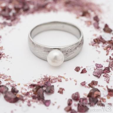 Liena s pravou perlou - voda - Kovaný prsten damasteel