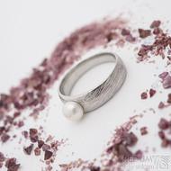 Liena s bílou perlou - velikost 56, šířka hlavy 6 mm, do dlaně 4,5 mm, voda 75% SV - Damasteel zásnubní prsten s perlou