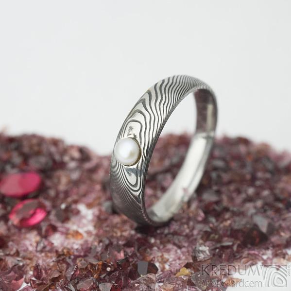 Liena s bílou říční perlou -vel 58, šířka hlavy 5, do dlaně 3,5 mm, dřevo lept 100% TM, profil E - Zásnubní prsten - k 1667 (2)