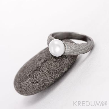 Liena s perlou - Damasteel snubní prsten - 48,5,šířka 5,4 do dlaně 2,8 mm, tloušťka u perly 2 mm, do dlaně 1,2 mm, voda 75% svetlý - S1053 (1)